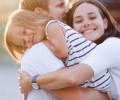 """""""Các trẻ em được thấy cha mẹ biểu lộ sự dịu dàng là các trẻ em may mắn"""""""