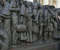 Khoảng khắc cảm động khi Đức Thánh Cha mở màn tác phẩm điêu khắc con thuyền tị nạn
